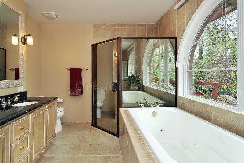Hoofd bad met overspannen venster royalty-vrije stock afbeeldingen