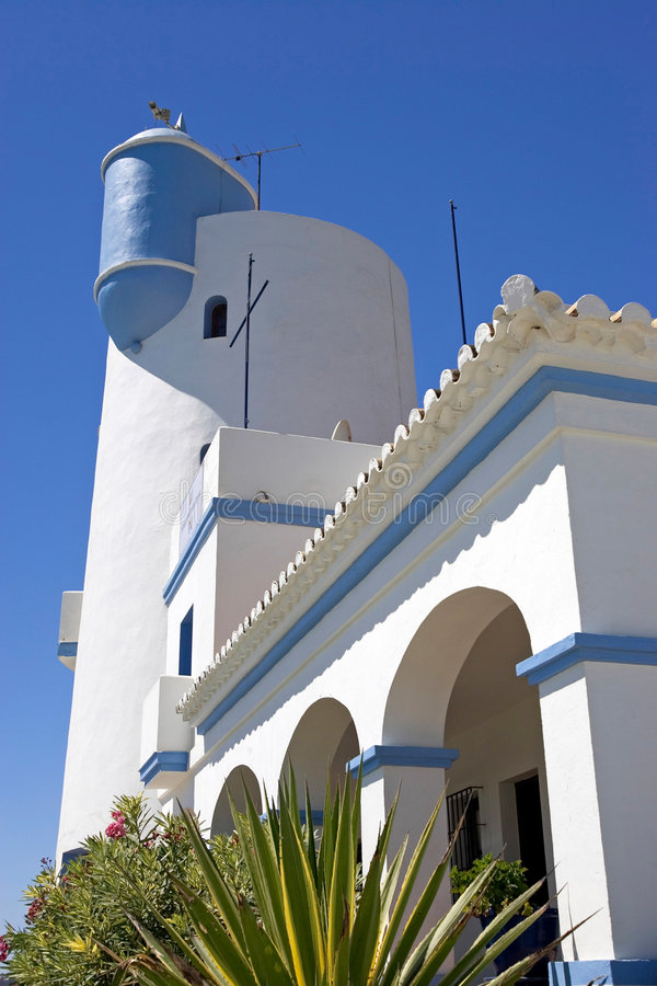 Hoofd botenhuis en vooruitzichttoren bij haven Duquesa in Spanje royalty-vrije stock foto's