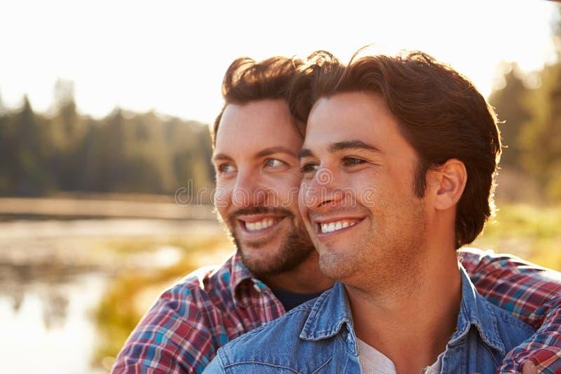 Hoofd en Schouders van Romantisch Mannelijk Vrolijk Paar wordt geschoten dat stock foto