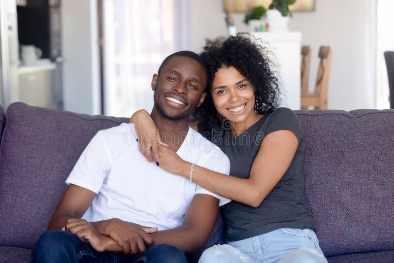Hoofd geschoten portret van gelukkig Afrikaans Amerikaans paar thuis royalty-vrije stock afbeelding