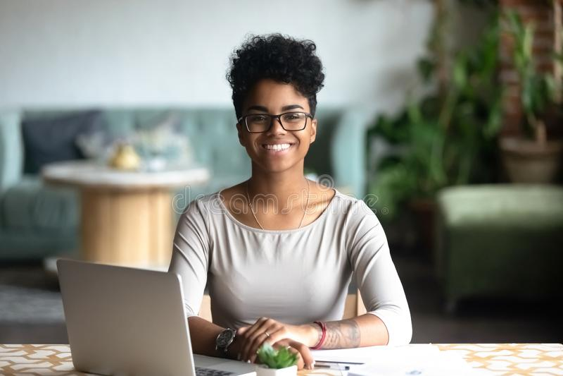 Hoofd geschoten portret van glimlachende Afrikaanse Amerikaanse vrouw royalty-vrije stock fotografie