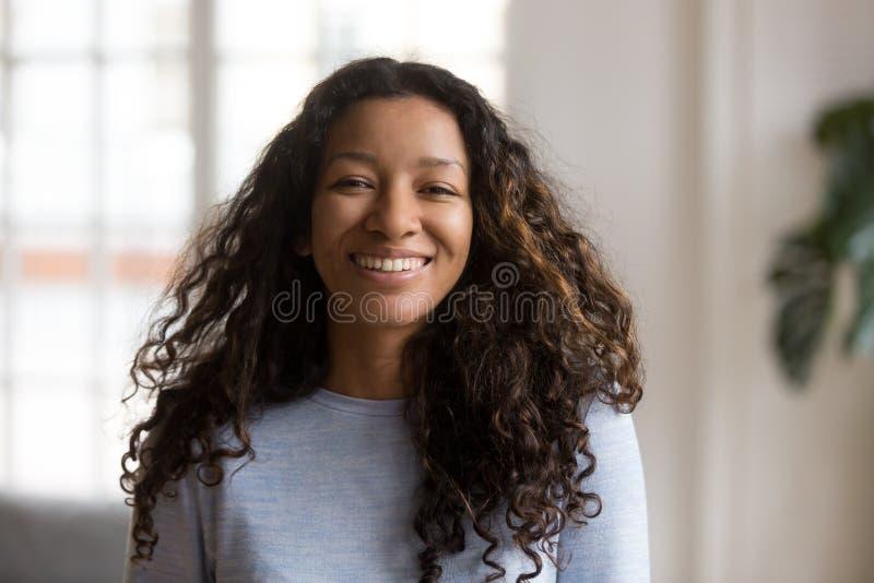 Hoofd geschotene portret aantrekkelijke Afrikaanse Amerikaanse glimlachende vrouw royalty-vrije stock fotografie