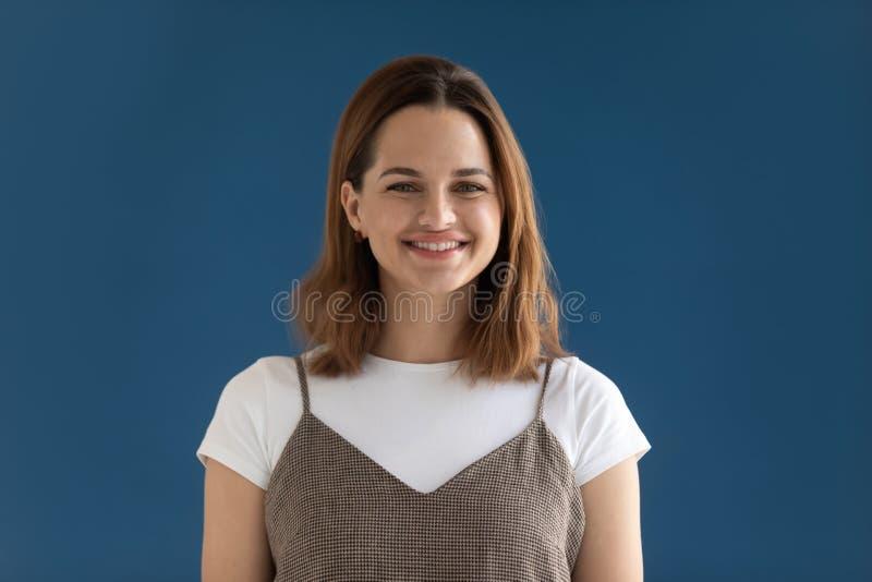 Hoofd het geschotene portretvrouw glimlachen die het schot van de camerastudio bekijken stock fotografie