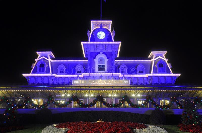 Hoofd Ingang van Magisch Koninkrijk van Disney bij nacht stock foto
