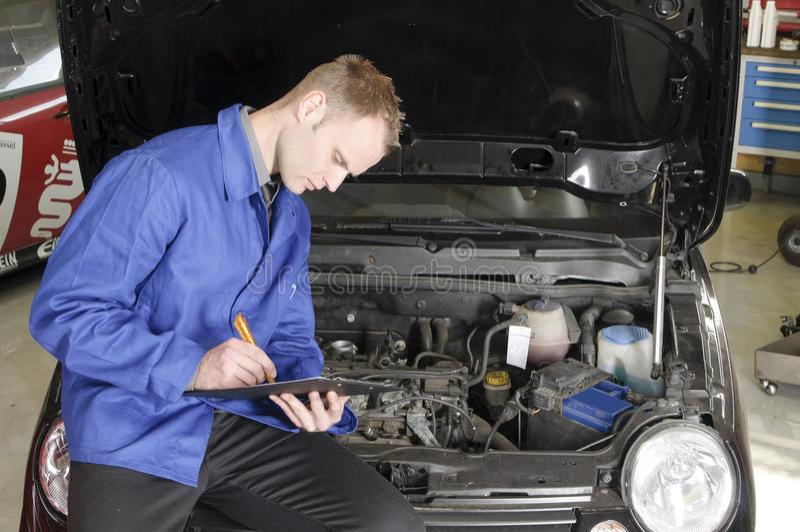 Hoofd mechanische controle een auto stock fotografie