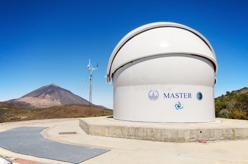 Hoofd Robotachtige telescoop en Teide-piek bij de achtergrond op 7 Juli, 2015 in het astronomische Waarnemingscentrum van Teide,  stock foto's