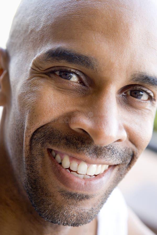 Hoofd schot van mens het glimlachen stock fotografie