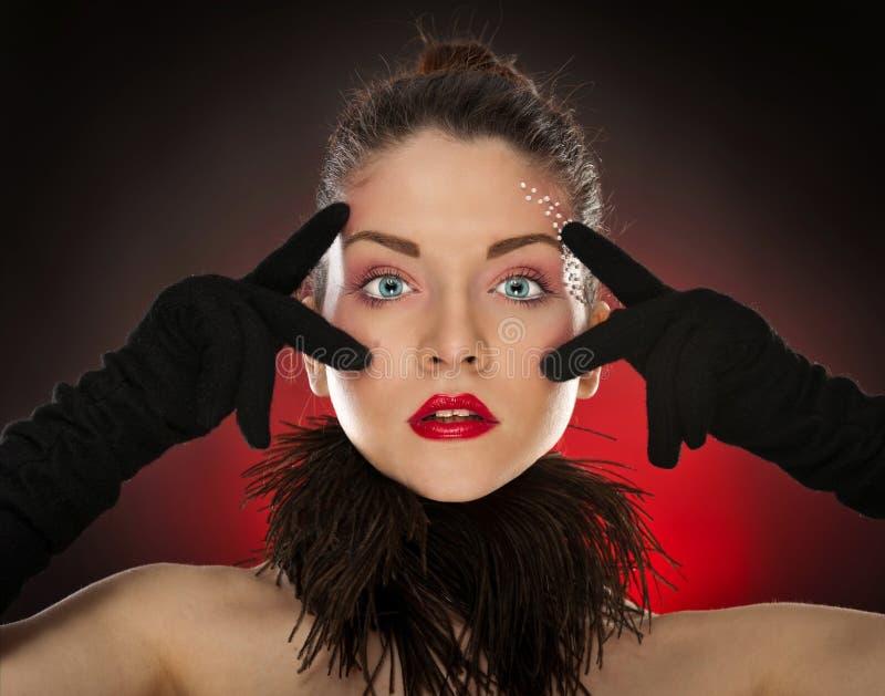 Hoofd schot van sexy pinup model dragende handschoenen stock foto
