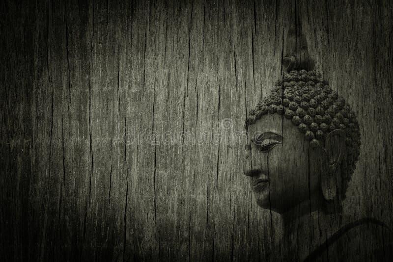 Hoofd van Boedha op verlaten houten textuur - achtergrond stock foto