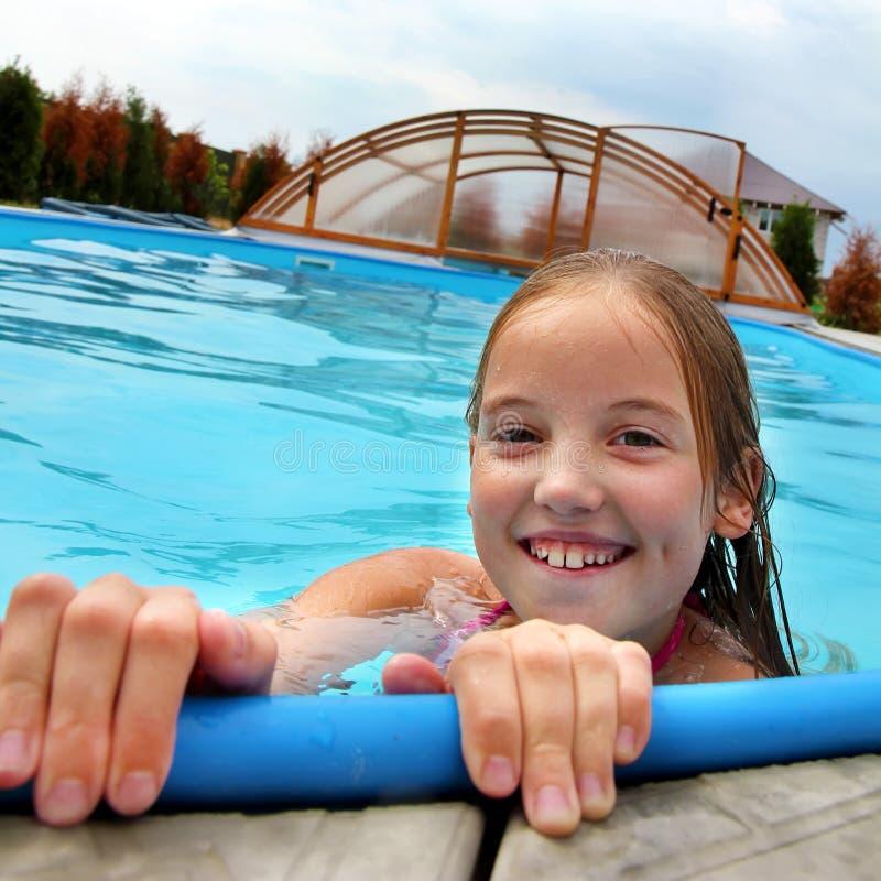 Hoofd van een glimlachend meisje in de pool royalty-vrije stock fotografie