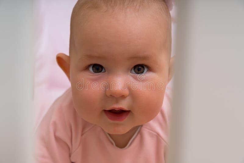 Hoofd van een leuk klein babymeisje dat wordt geschoten stock foto's