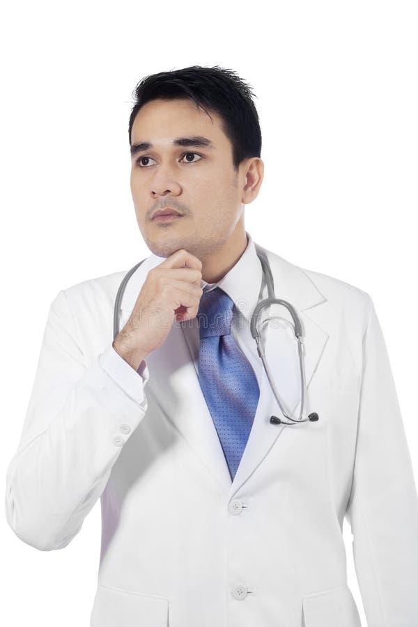 Hoofd van nadenkende arts wordt geschoten die stock foto's