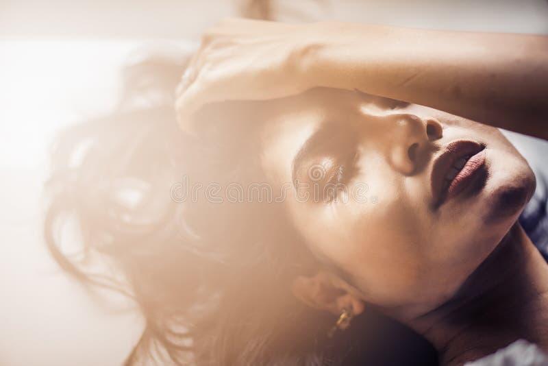 Hoofd van sexy Aziatisch model wordt geschoten dat royalty-vrije stock foto's