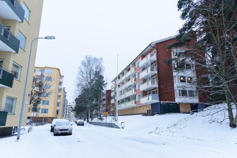 Hoofdartikel: De Stad van Helsinki, Finland, 21 December 2018 Auto op de weg in dorp met sneeuw en wintertijd in Helsinki, Finlan royalty-vrije stock foto's