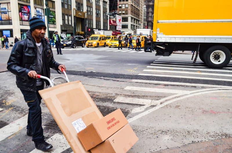 Hoofdartikel: De Stad van New York, New York/de V.S., 9 November 2017 De boodschapper heeft het verzenden met grote doos in de St royalty-vrije stock afbeelding