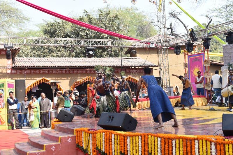 Hoofdartikel: Surajkund, Haryana, India: 06 februari, 2016: Lokale Kunstenaars van Afrikaanse gujratgemeenschap die dansarts. uit royalty-vrije stock afbeelding