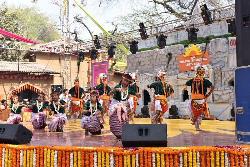 Hoofdartikel: Surajkund, Haryana, India: Lokale Kunstenaars die van Tripura dans in 30ste Internationale ambachtenmarkt uitvoeren stock afbeelding