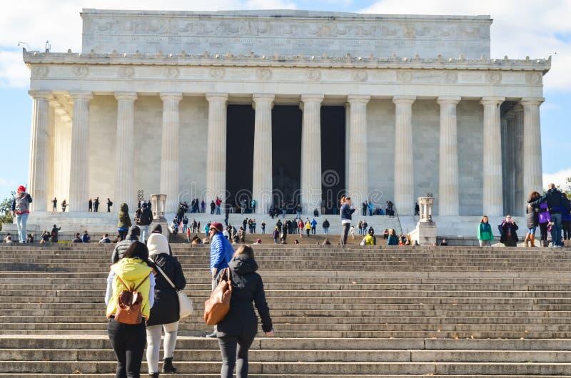 Hoofdartikel: Washington DC, de V.S. - 10 November 2017 Abraham Lincoln Memorial in de ochtend met blauwe hemel en wolken stock afbeeldingen