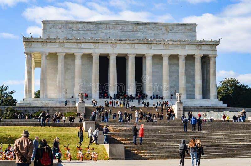 Hoofdartikel: Washington DC, de V.S. - 10 November 2017 Abraham Lincoln Memorial in de ochtend met blauwe hemel en wolken stock foto's