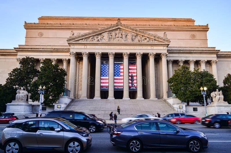 Hoofdartikel: Washington DC, de V.S. - 10 November 2017 De Archieven van de Verenigde Staten van Amerika in de ochtend met blauwe stock fotografie