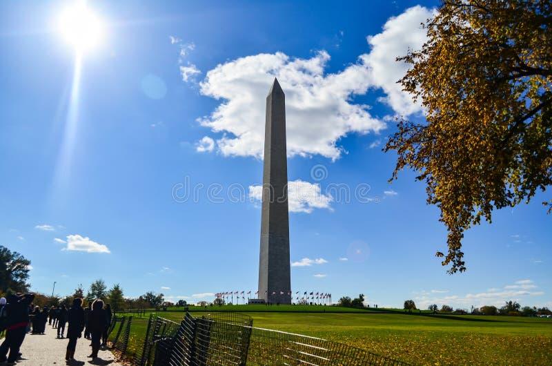 Hoofdartikel: Washington DC, de V.S. - 10 November 2017 Washington Monument in de ochtend met blauwe hemel en wolk stock foto's