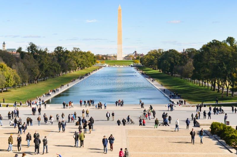 Hoofdartikel: Washington DC, de V.S. - 10 November 2017 Washington Monument in de ochtend met blauwe hemel en wolk stock fotografie