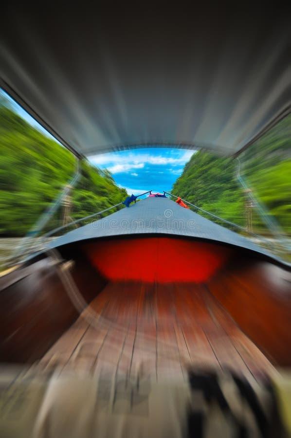 Hoofdboot de rivier in het bos met zijn snelheid stock foto's