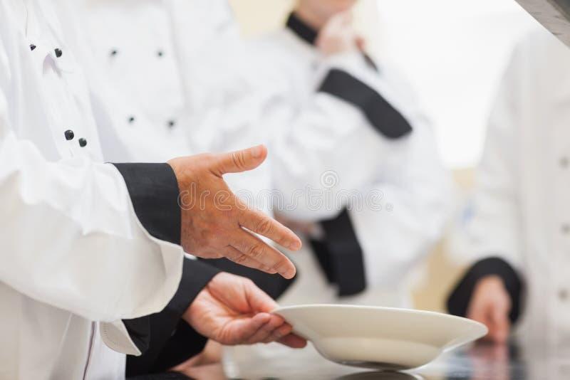 Hoofdchef-kok die klasse een kom tonen stock fotografie