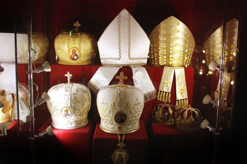 Hoofddeksels van priesters op een rode achtergrond stock foto