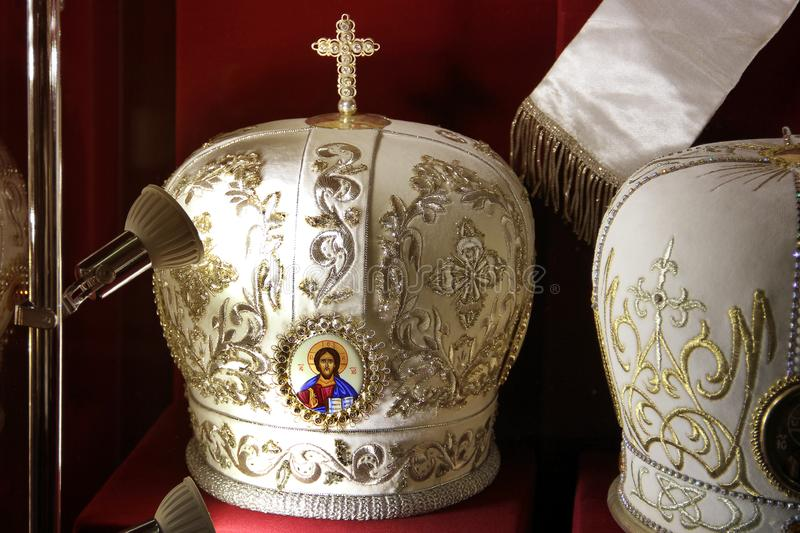 Hoofddeksels van priesters op een rode achtergrond stock fotografie