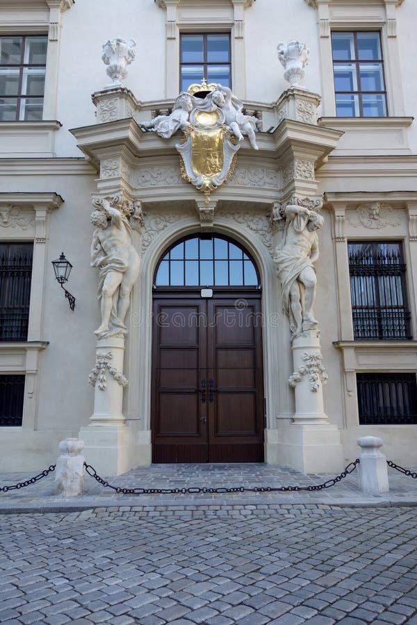 Hoofddeur van een edel huis in Wenen royalty-vrije stock foto