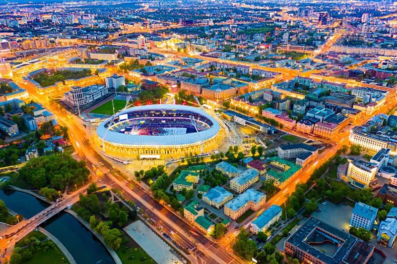 Hoofddiegebied met verlichting bij nacht wordt aangestoken Het stadionsatellietbeeld van Minsk stock foto's