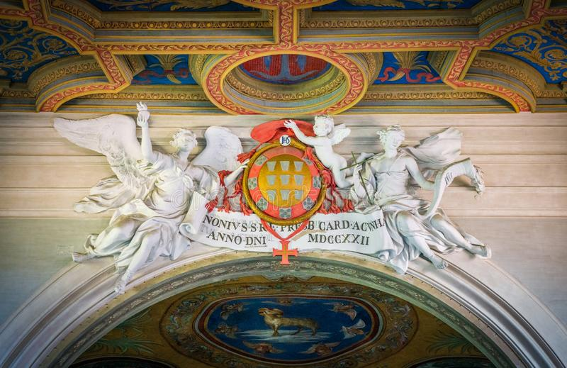 HoofddieNuno da Cunha-wapenschild door engelenbasiliek wordt gesteund van Sant 'Anastasia dichtbij Palatine in Rome, Italië royalty-vrije stock foto
