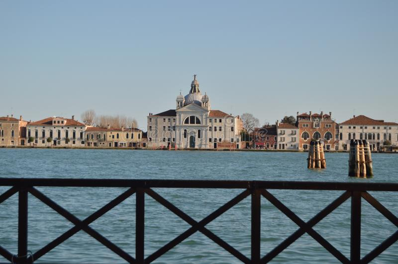 HoofddieVoorgevel van de Kerk van de Presentatie achter een Traliewerk in Venetië wordt gezien Reis, Vakantie, Architectuur 28 ma stock foto's