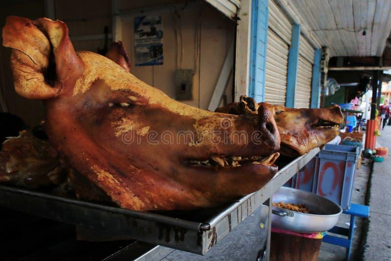 Hoofden van dode varkens die in de straten van Ecuador, Zuid-Amerika wachten worden voorbereidingen getroffen en worden verkocht royalty-vrije stock foto's