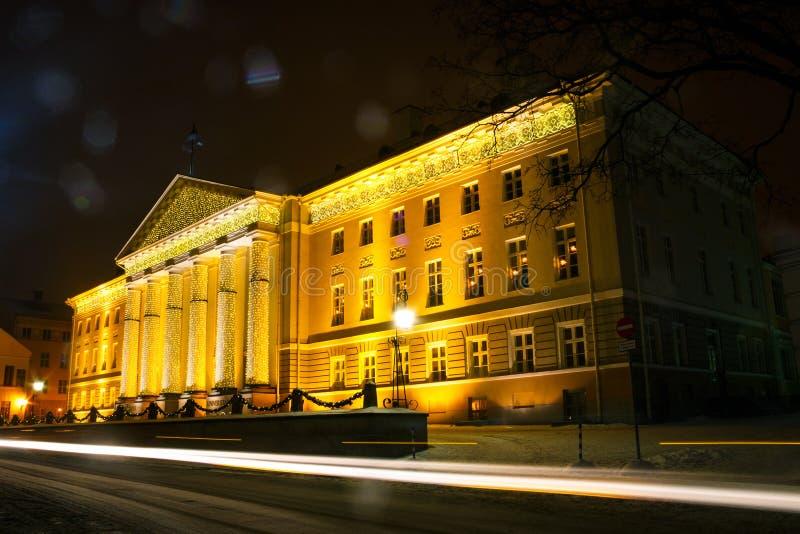 Hoofdgebouw van de Universiteit van Tartu in het Kerstmisdecor royalty-vrije stock fotografie