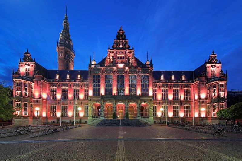 Hoofdgebouw van de Universiteit van Groningen bij avond, Netherl stock foto