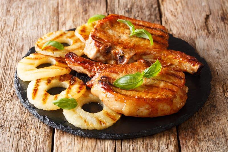Hoofdgerecht: geroosterd varkenskoteletlapje vlees in honingsglans met pineapp stock foto