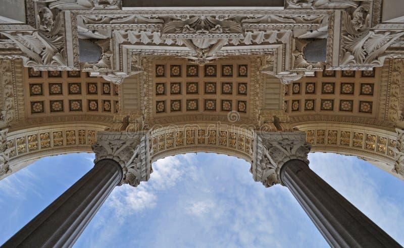 Hoofdingang aan de Basiliek van Notre Dame de Fourviere in de stad van Lyon stock afbeeldingen