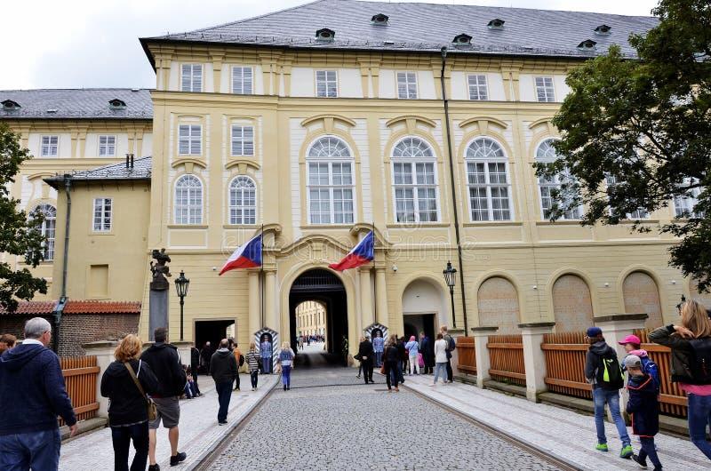 Hoofdingang aan het Kasteel van Praag stock afbeeldingen