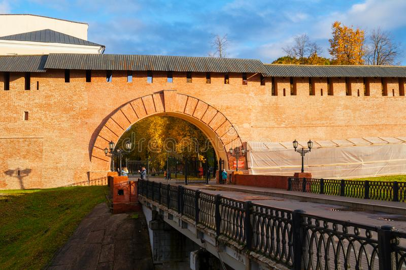 Hoofdingang aan Novgorod het Kremlin en toeristen die langs een viaduct in Veliky Novgorod, Rusland lopen stock fotografie
