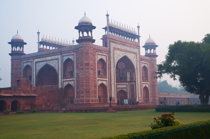Hoofdingang aan Taj Mahal in de mist in de vroege ochtend stock foto's