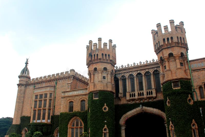 Hoofdingang met kantelentorens van het paleis van Bangalore met klimplantinstallatie stock afbeeldingen