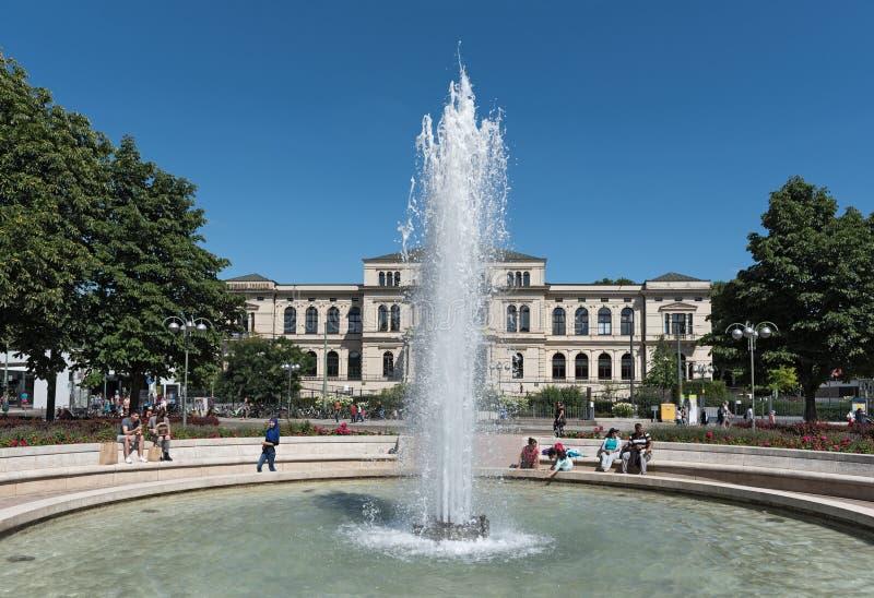 Hoofdingang van de dierentuin in Frankfurt met de maatschappijhuis royalty-vrije stock fotografie