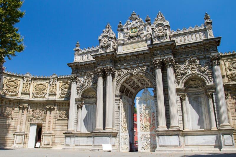 Hoofdingang van Dolmabahce-Paleis in Istanboel royalty-vrije stock fotografie