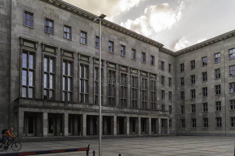 Hoofdingang van het Federale Ministerie van Financiën, Berlijn, Duitsland stock afbeeldingen