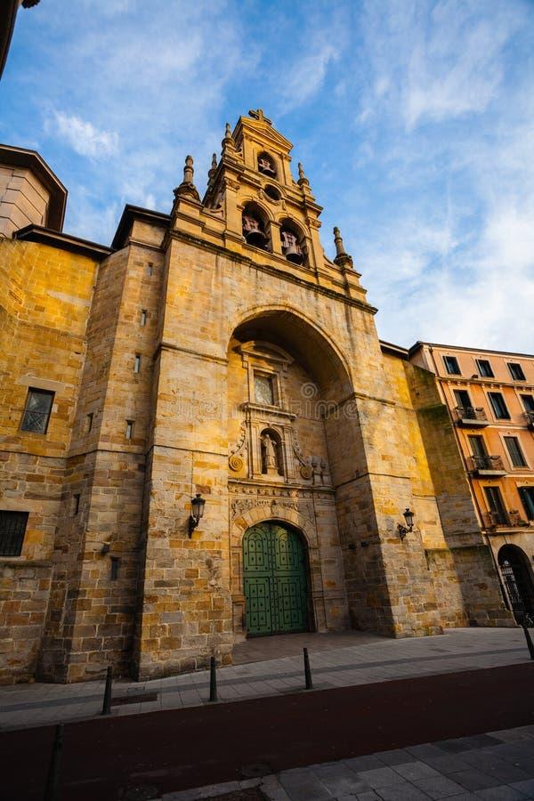 Hoofdingangs zijaanzicht van de kerk van Heilige Vicente in Bilbao stock afbeelding