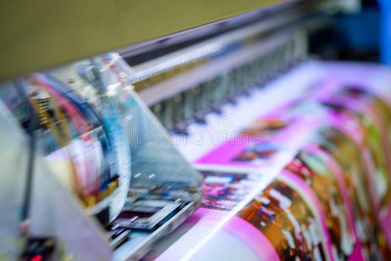 Hoofdinkjet tijdens druk op vinylbanner stock foto