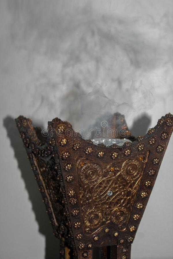 Hoofdkaas en gouden Arabisch wierookvat royalty-vrije stock afbeelding