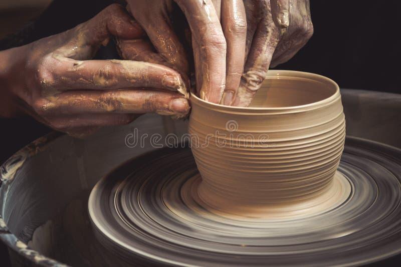 Hoofdklasse bij de modellering van klei op een pottenbakkers` s wiel stock foto